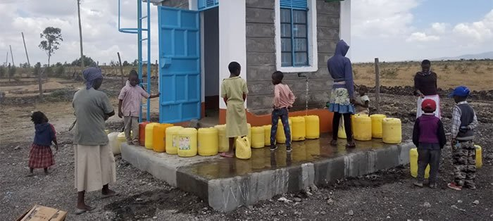 Kiserian residents collecting water